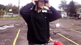 Prova prática de moto - Auto Escola(Ta aí o vídeo pra quem gostaria de saber de antemão como é a prova prática de moto da auto escola. Quando se entra no ''8'' te que colocar segunda marcha, ..., 2011-07-24T02:04:31.000Z)