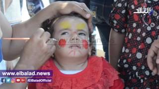رسومات بـ «الحناء» على وجوه الأطفال احتفالاً بالعيد .. فيديو وصور