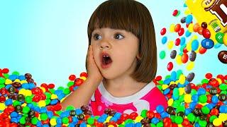 Арина и мама играют как доктор | История про конфету в ухе