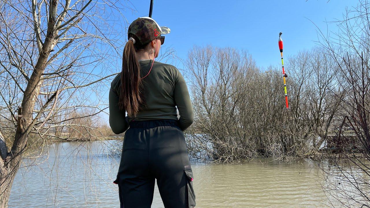 Ловила ЛИНЯ а пришли СОМЫ! Рыбалка на поплавочную удочку без колец