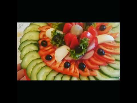 Нарезка из помидоров и огурцов.