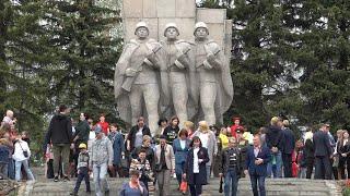 Кузнечане возложили цветы и венки к Вечному огню у подножия монумента \Трем солдатам\. Май 2021 год.