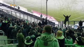 Werder Fans noch 1. Stunde nach Abpfiff im Werder Block beim Spiel in Gladbach