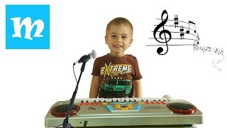 матюн открывает подарок  - детский музыкальный синтезатор (пианино) с микрофоном