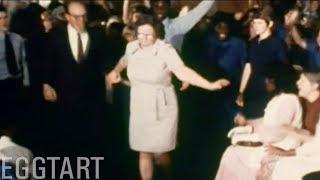 """【蛋挞】史上最凶残邪教,用意念让一个""""聋瘸""""老妇站起来跑步,还致918人集体丧生"""