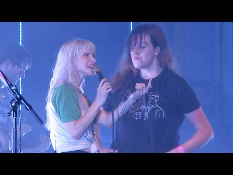 Paramore w/ Lauren Mayberry (Chvrches) + Elenor -  Misery Business (Live in Glasgow, Scotland)