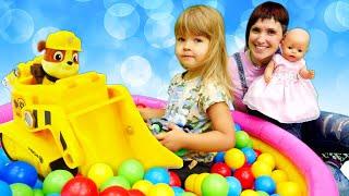 Игры для детей с Машей Капуки и Беби Бон Эмили. Щенячий Патруль ищут в Бассейне с шариками овощи!