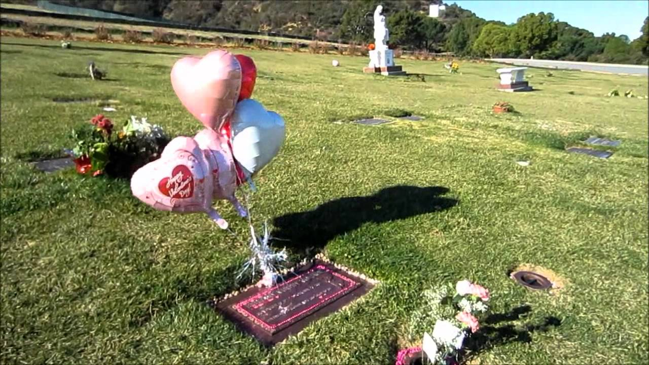Brittany Murphy is buried in the same cemetery as Michael Jackson 12/25/2009 92