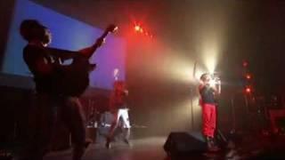 Anna en el live del BLUE PACIFIC STORIES cantando Loser! en el año ...