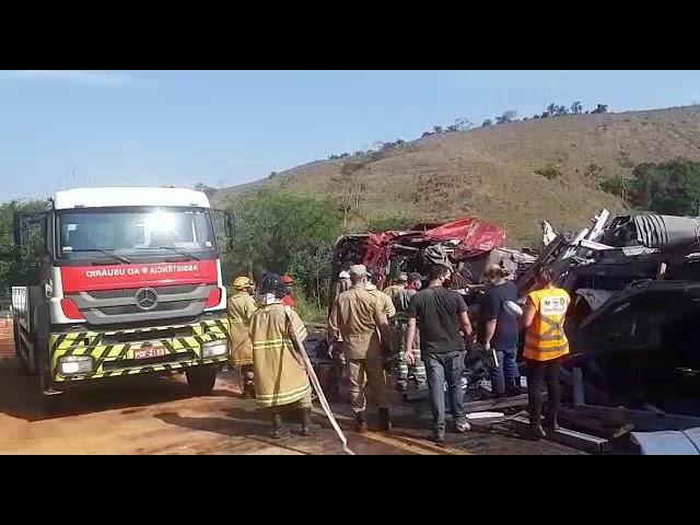 Grave acidente deixa dois mortos e interrompe trânsito na BR-393, em Dorândia