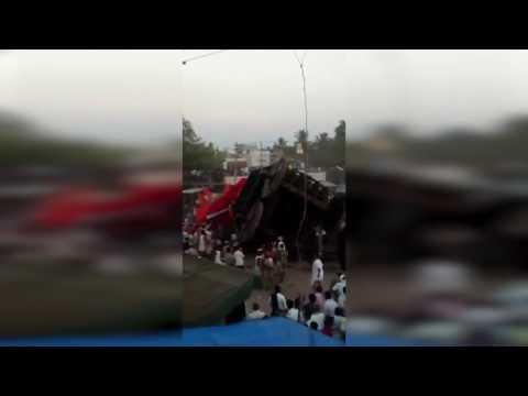 60 அடி தேர் கவிழ்ந்து கோர விபத்து: அதிர்ச்சி வீடியோ