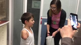 Мансур испытывает новый активный протез руки Киби от Моторики