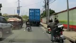 شاحنة تمر على رأس راكب دراجة  شاهد سبب النجاة لن تصدق