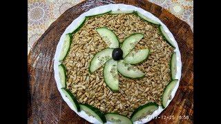 Слоёный салат с семечками  Куриное филе, чернослив, грибы, яйца, огурец, семечки