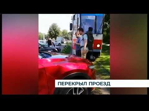 В Калининграде припаркованная «Мазда» заблокировала трамвайные пути