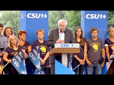 Seehofer preist bei Vorstellung des Bayernplans Angela Merkel