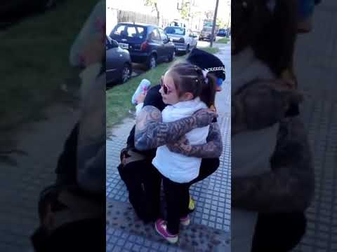 Alex Caniggia ️saluda a una niña fan