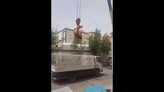 """فيديو يوثق رافعة تنقل ناقة مواطن إلى """"سطح"""" منزله"""