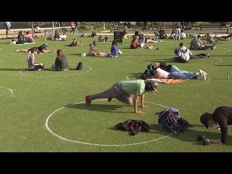 ABD: Parkta sosyal mesafeyi korumak için çimler üzerine daireler çizildi