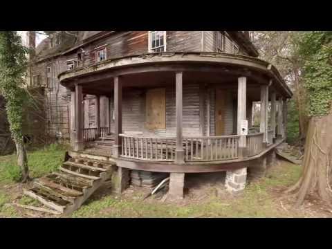 Заброшенный дом в лесу со старыми автомобилями