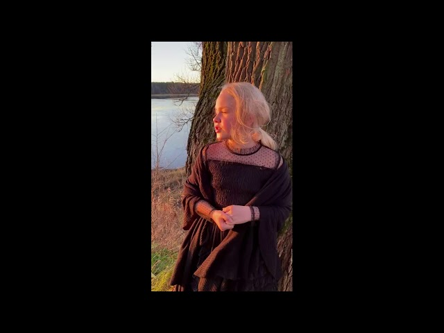 Изображение предпросмотра прочтения – КсенияВасина читает произведение «Отговорила роща золотая» С.А.Есенина