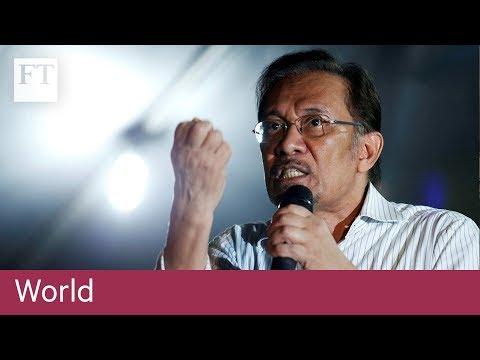 Anwar Ibrahim watches Mahathir's oath ceremony
