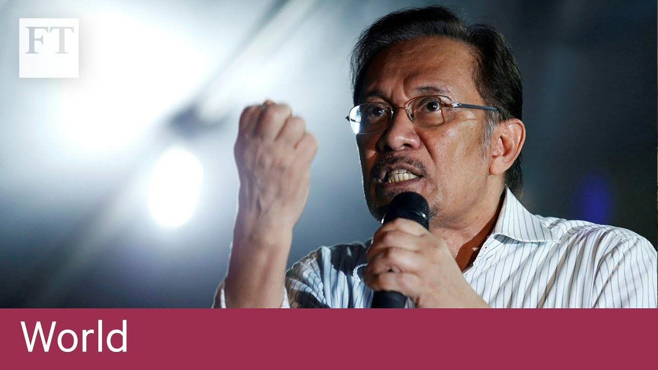 Anwar Ibrahim watches Mahathir's oath ceremony