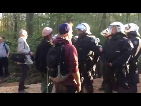 POLIZEI NIMMT HELME AB, weil Hambacher Aktivisten rufen