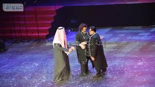 بالفيديو : موقف مضحك للفنان سمير غانم أثناء تكريمه في إفتتاح مهرجان المسرح العربي