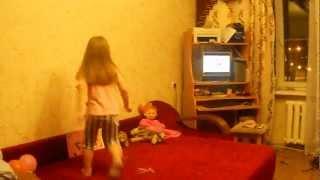 девочка 4 года танцует под клип PSY Gangnam Style камнамстар