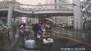 転倒したバイクのヤクルトレディを救出