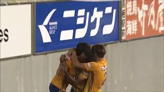 最終ラインの裏に抜け出した味方選手の折り返しを西村 拓真(仙台)が左...