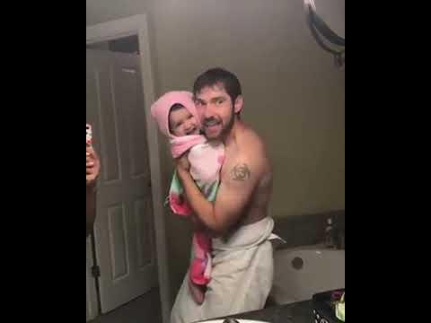 Bebé canta una cancion con su padre (adorable)