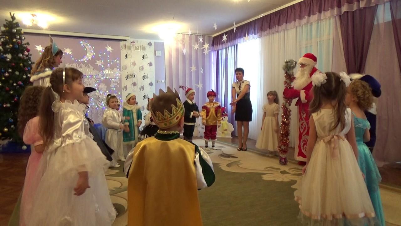 Наивный, но весёлый праздник прямиком из детства - его готовят взрослые для самых маленьких с осторожностью, чтобы не разрушить новогодний дух.