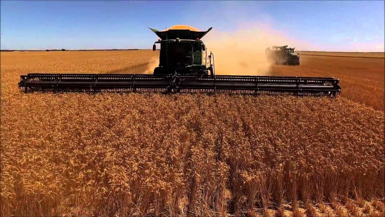 60' Largest Headers in the World on John Deere S690 Harvest Combines 1