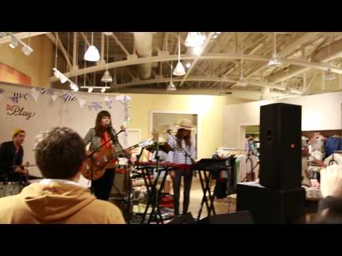 Singer Madi Diaz performs at our ATX store | Anthropologie