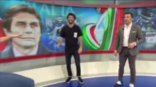 بالفيديو .. دل بييرو يسقط أرضا أثناء استعراضه الكرة أمام مذيعة حسناء