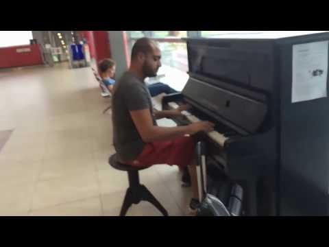 Пианист взорвал аэропорт аплодисментами