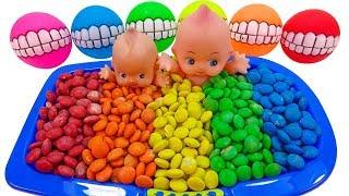 m & m 사탕 수영장을 가진 아기 인형 놀이 / 영어…