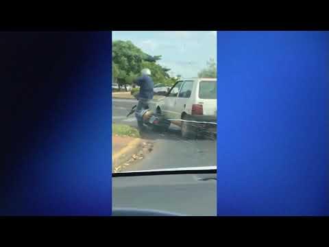 Idoso de carro joga carro por cima de motociclista em Três Lagoas