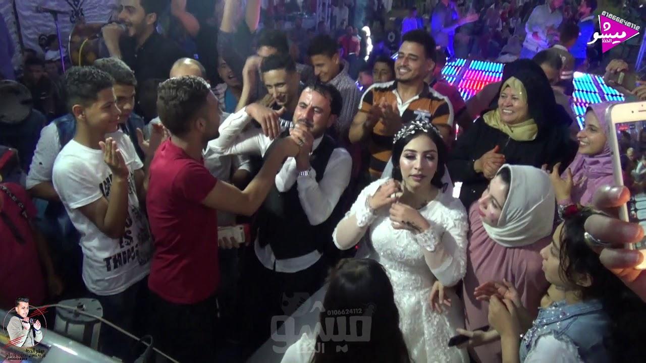 العريس والعروسه بيفرحو ويرقصو مع الاسطوره ايمن شحتة