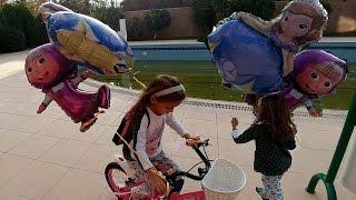 Bahçede bisiklet gezintisi.Dev maşa ve sofia balonları uçurduk, eğlenceli çocuk videosu