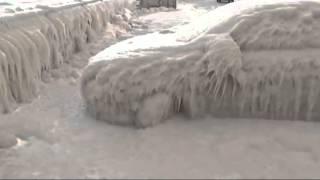 New York : en pleine vague de froid, des voitures transformées en blocs de glace ////