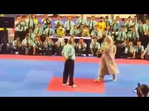 شاهد : رجل مسن يقوم بحركات قتالية مذهلة