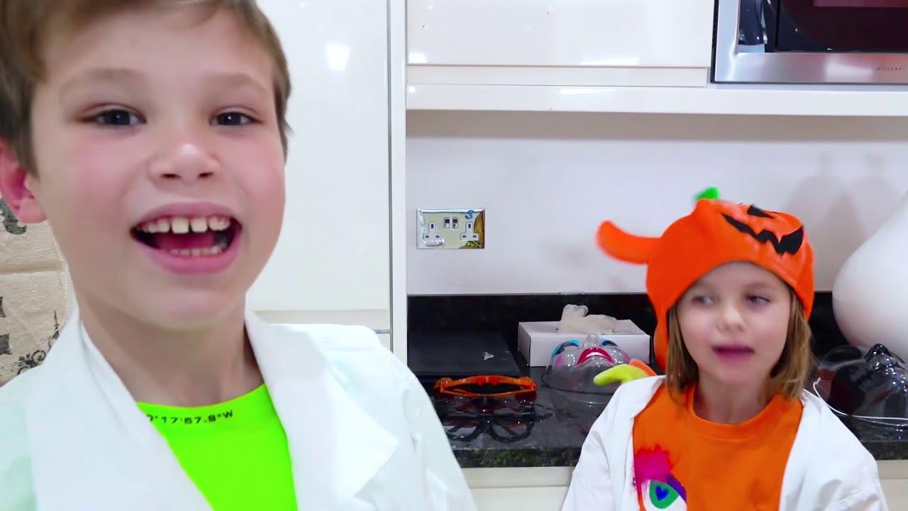 Макс и папа делают зубную пасту для слона на Хеллоуин