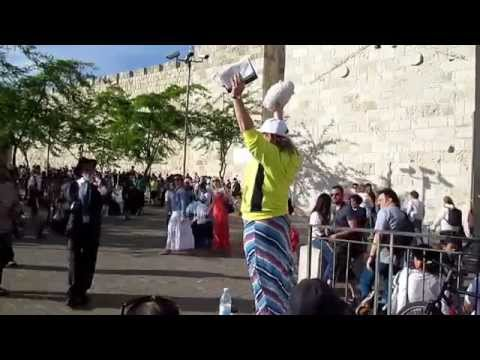 Jewish lawyer confronts preacher @ Jerusalem