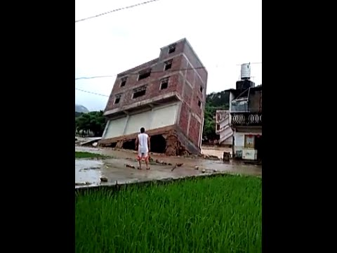 Flood Knocks down Three-story Building in South China County