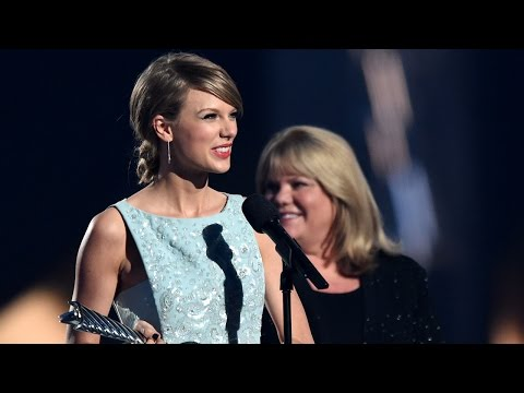 Taylor Swift's Mom Gives Emotional Speech...