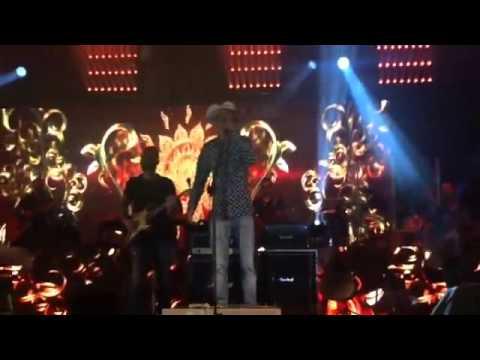 Fã sobe no palco e canta com Jorge & Mateus