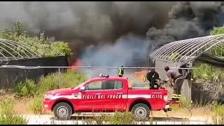 Incendio in un vivaio nei pressi della complanare per Mesagne ( video di Alessia Minoia)